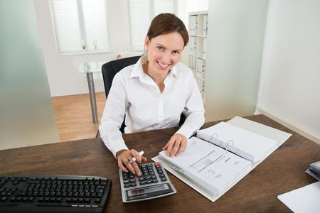 személyi hitel igénylése bankszámlakivonat nélkül, bankszámla, bankárnő, számológép